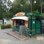 食道楽のカレーぱん - 店構え。オジさんが売ってます。