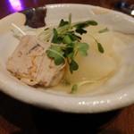 洋楽いし井 - お通し、つくねと大根を炊いたもの(お通し代として800円)