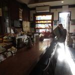 コーヒーショップ カコ 花車本店 - カウンター席に朝日が差し込みます・・・