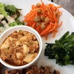 cafe たべりーね - 麻婆豆腐、人参とひよこ豆、菜の花辛子和え