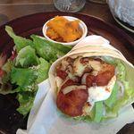 ザ・シティ・ベーカリー - ホットチキンとアボカドのメキシコ風ラップサンドイッチ