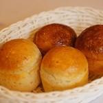 アンジュ・ダズール - 自家製パン バターが添えられていますが、必要ないくらいアツアツで美味しい。