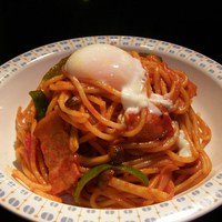 スパゲティ屋くぼやん - トッピングの半熟卵をのせてさらに美味