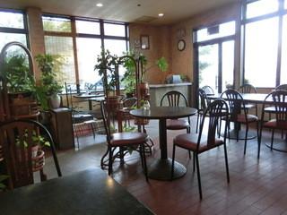 カフェレスト木鶏 - 明るく心地良い店内。