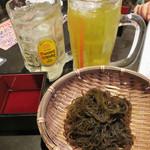 ビストロ喰米屋 - 私は角ハイ、下戸の先輩はさんぴん茶で乾杯!                             お通しはざるモズク。