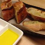 38272183 - コロンのパンがお通し(300円)