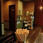 広島風お好み焼 楓 - カウンター席の左手に、テーブル席。