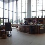 ドリップアンドベイクアリアケ - エレベーターホールの奥の方に開放的なスペース