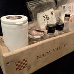 Pescheria Cara mishuku - シェフが持ってくるカルパッチョ用の塩セット。圧巻。