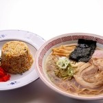 谷村パーキングエリア(下り線)スナックコーナー - 料理写真:鶏がらベースの醤油スープがちじれ麺によくからむ、大人気ラーメンと半チャーハンのお得なセット。