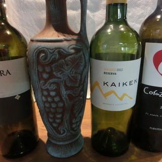 オーナーのマリオが厳選して選んだ世界のワイン達