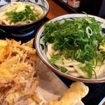 丸亀製麺 - 冷たいうどんと天ぷら2種類