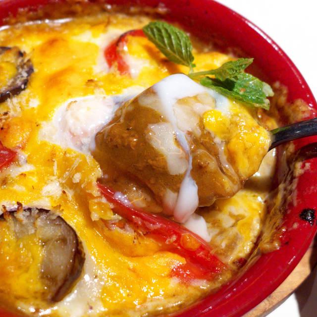 チェリー - 挽肉入りのカレーにチーズが絡み、タバスコの香りと酸味を加えれば無敵状態