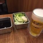 串かつ でんがな - 生ビールと生キャベツとソース