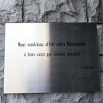 レストラン コートドール - 看板・・「食を愛するすべての方へこのレストランを捧げます」とのフランス語のメッセージ。