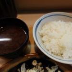 とんかつ衣浦 - 御飯はボリュームすごし。赤出汁うまし。