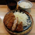 とんかつ衣浦 - ロースとんかつ定食(700円)