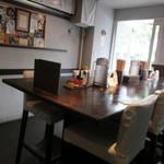 冷麺処 伸 - 内観:相席テーブル