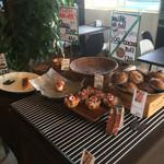 パンテス - 料理写真:たくさんの種類のパンがあります。