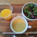 ルーメ - ランチ:サラダ、スープ(セルフサービス)、オレンジジュース(セルフサービス)