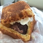 Derikafe - 信玄餅シューキューブ★                          上からはホイップクリーム、あんこしか見えません、が!!             なんと中には信玄餅の餅ときなこが入っていてちゃんと黒蜜もかかっています。                                       盛りだくさんでとっても嬉しいですね。                          シュー生地もサクッとしていて飽きません。