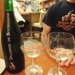 Cafe Lembeek - デュシャス・ド・ブルゴーニュの大瓶は、普通サイズのものよりもまろやかで飲みやすい。