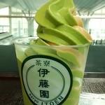 38318475 - 抹茶とほうじ茶のミックスソフト540円