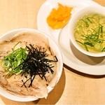 麺家 えびす - 炙り豚どんぶり/スープ、漬物付