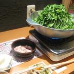元祖 もつ鍋 楽天地  - うず高く盛られた野菜