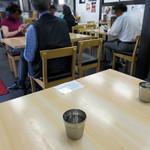 俺達の肉うどん - カウンター席・テーブル席の他に、小上がりに2卓分のテーブル席があります。