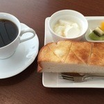 cafe 航路 - 料理写真:モーニングサービス(厚切りハーフトースト、ヨーグルト、フルーツ)