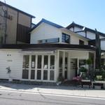 38329181 - 由布院駅前のメインストリート沿いにあるお洒落なドーナッツ屋さんです。