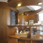 nicoドーナツ - さすがに週末の午後とあって既にドーナッツには売り切れのドーナッツも、それでも数種類残ってたんでカフェスペースをお借りして一休みです。
