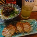 酒処 五郎 - ラー油飯と豚バラ肉の燻製焼き