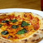 セレーノ - 自家製生地のピッツァ・マルゲリータ 試行錯誤を重ねて出来た生地をオーダーを受けてから一枚ずつ手で延ばし、高温で焼き上げたサクサクもっちりピッツァを召し上がれ。