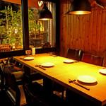セレーノ - 店内テーブル 最大4名様と8名様まで着席可能なテーブル席もご用意しています。