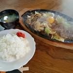 ストップ - 料理写真:ストップ特製 鉄板焼肉 800円(ライス、味噌汁付)