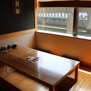 日本橋川を臨む2階のお座敷でゆったりとお寛ぎください。