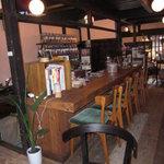 ぷくすけ - 木のカウンターとアロマ香る店内にはカフェも。時間がゆっくり流れています。