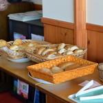メープルリーフカフェ - 料理写真:パンも販売されています♪