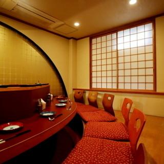 個室はカウンター式の掘りごたつ。趣溢れる大人の隠れ家的空間