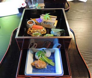 錦 - 箱膳の下段に小芋旨煮と竜田揚