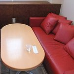 3840558 - 「赤いソファ席」。ボックス席もあります。