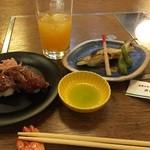 Kameya - 牛炙りにぎりとあゆの塩焼き。今回はオレンジジュースで飲みましたが、お酒との相性良さそうだと思いました!