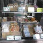 菊嘉商店 - ガラスケースに入った商品