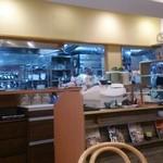 カレーレストラン シバ - 中央の台にレジがあり~奥は厨房