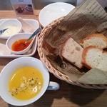 ダイニングミキ - プレートランチのパンプキンポタージュスープとパン