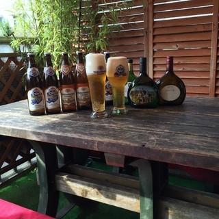 夏はテラス席で冷たいドイツビールとオリオン生をお楽しみ下さい