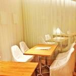 24/7 café apartment - 奥まったお席もあり、会話も弾みます。