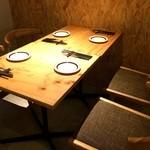 加古川ワインバル - 奥にあった4人掛け席、ゆったり余裕ですね